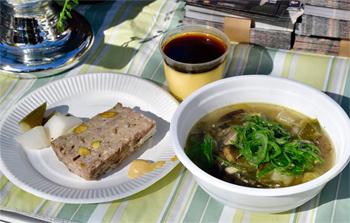 「パテ・ド・カンパーニュ 聖護院大根のピクルス」(左)、「鰯とゴロゴロ野菜のブルターニュ風スープ」(右)、「こだわりたまごのプリン」(中央)
