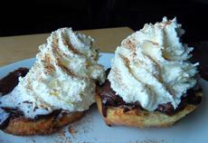ビスケットはトッピング次第で朝食メニューにも、スイーツにもなる。ヘーゼルナッツ・チョコレートにホイップクリームをたっぷり載せた「ビスケーキ」(写真)は、まるでケーキのようで甘党に大人気