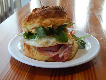 ビスケット・サンドイッチの一番人気「ザ・スパニッシュ・フライ」(ビスケットはバターミルク味)。プロシュートのピンク色とルッコラのグリーンが鮮やか