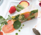 川崎の地場農産物「かわさきそだち」をふんだんに使用した3品。アミューズ(左下)は「川崎野菜のヴァヴァロア」、前菜(右上)は「信州サーモンと北海ズワイガニ 彩野菜のケーキ仕立て」、メイン(左上)は「黒毛和牛とも三角の低温火入れ」