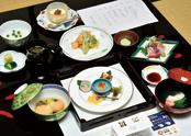 試食会に出されたランチコース。ふきのとうや菜の花、真ダラなど季節の食材を使った7品に加え、日本酒「麒麟山」「朝日山」も提供