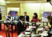 コース料理を堪能しながら意見交換が行われ、ゲストの外国人が日本酒の魅力などを語った