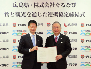 連携協定の締結後、笑顔で握手を交わす湯﨑知事(左)と、ぐるなび代表取締役会長の滝(右)