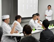 今後の日本料理についてディスカッションを実施。「海外で生まれた新しい日本料理も大切にすべき」(黒木氏)、「昔ながらの修業スタイルだけがすべてではないと思う」(笠原氏)など、活発な議論が展開された。