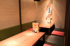 最大15名用の掘りごたつ席(写真)のほか、2名用のテーブル席やカウンター席も用意