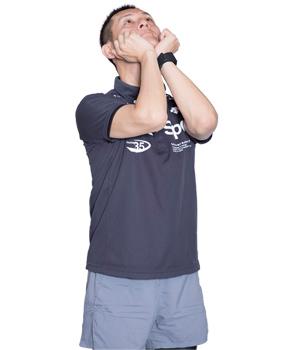 手でアゴを押し上げ、首の前部分の筋肉が伸びているのを感じましょう。
