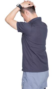 背筋は真っすぐに保ちながら、頭を前に倒して、首の後ろ部分を伸ばしましょう。