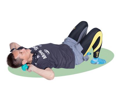首と頭の境目部分をダンベルなどでほぐします。首のコリ・ハリに効く運動です。