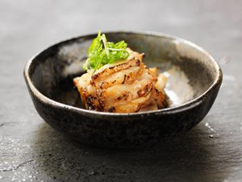 小鉢の「ヒラメのエンガワ炙り焼き」。スウェーデンではバーナーでネタを炙ること自体が珍しく、客から驚きの声があがることも。カウンター越しにこうした調理風景を見せるのも売り