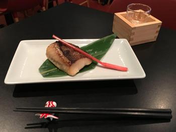 自家製昆布出汁入りの西京味噌に半冷凍状態で10日間漬け込んだ「銀だらの西京焼き」は、日本酒もすすむ人気料理の一つ
