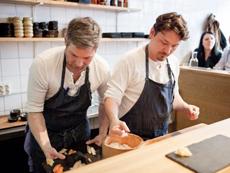 スウェーデンで人気の寿司店。職人が客の前で寿司を握り、そのまま直接カウンター越しに提供する。日本人には当然の風景だが、現地の人の目には新鮮に映るようだ