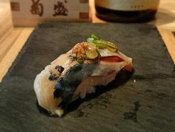 「ニシンの酢締め」は、「味がついているので醤油をつけずにそのままで」とすすめる。「寿司は醤油をたっぷりつけるもの」と思いこんでいるスウェーデン人は最初驚くが、食べてみると寿司の世界の深さがわかり、満足度も上がる