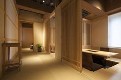 完全個室の掘りごたつ席。フロアには段差がなく、広々とした開放感も魅力