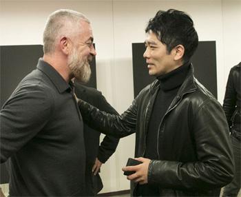 アタラ氏と談笑する須賀洋介シェフ(SUGALABO /東京・神谷町)。須賀氏はジョエル・ロブション氏の右腕として長年活躍した、日本のトップシェフのひとり