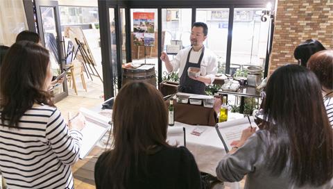 ランチ営業中のためフロアを仕切り、料理教室のデモンストレーションを行う佐藤シェフ。この日は料理2品、デザート1品を披露。家庭で作ってもらうことを重視した内容だ