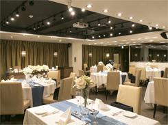 1階バンケットルームは明るい雰囲気。着席で84名、立食で120名まで収容できる