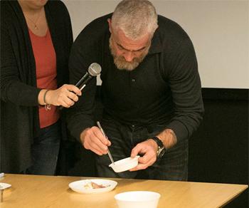 試食の料理を自ら盛り付けるアレックス・アタラ氏。参加者の中から、抽選で選ばれた幸運な数十名に振る舞われた