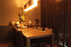人気のVIPルームは完全個室。ブラインドを下ろすと外からの視線を遮断できる