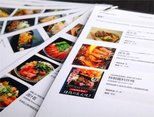 「ぐるなび外国語版」のメニューページをプリントして作成したメニューシート。英語、韓国語、中国語がある