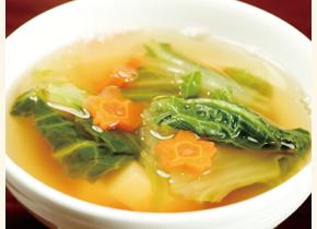 ベジブロスで作った日替わりスープ。この日はニンジンやハクサイ、サトイモを加え、トマトソースで味付け