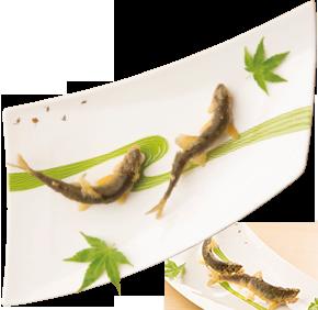 「長野県飯田産 活け天龍鮎唐揚」(コースで提供)。清流を表現した有田・錦右衛門窯によるあつらえ。左上の金箔のあしらいは、鮎の食み痕を表現