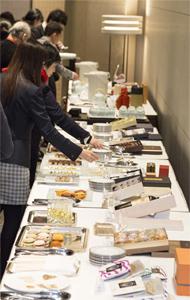 発表会後には、特選商品の試食会を実施。来場者が手土産の逸品に舌鼓を打った