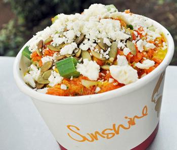 「サンシャイン・ボウル」は、たっぷりの野菜とフェタチーズの組み合わせで、どことなくグリークサラダ(ギリシャ風サラダ)のよう