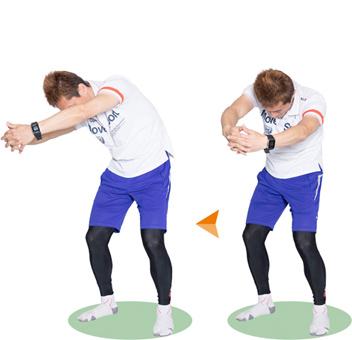 両腕の中に入れるイメージで頭を下げます。背中を丸くカーブさせてチャレンジ。