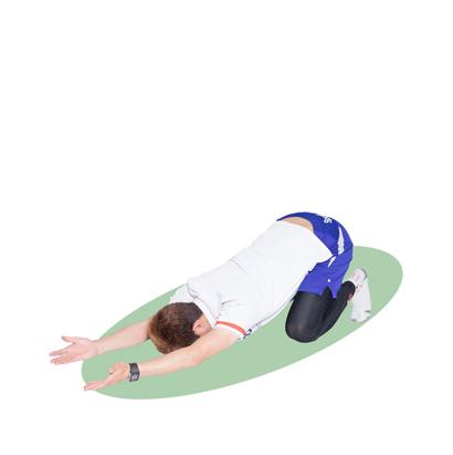 上体を落とし込んで、背筋を反らし、肘から先の腕やおでこを床に着けましょう。