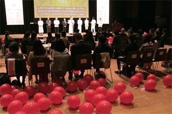 応募テーマ「糖」の発表とともに、たくさんの赤い風船が会場に舞った