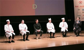 小山氏(右端)の司会でトークセッション。2016年グランプリ・井上和豊氏(右から3番目)、2014年グランプリ・吉武広樹氏(同4番目)らが集結