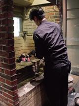 入口からホールへ進む通路にある炭焼場。珍しい光景に動画や写真を撮る人も多い