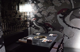 鶴と梅の絵が描かれた個室は、日本らしさと高級感を感じさせる雰囲気