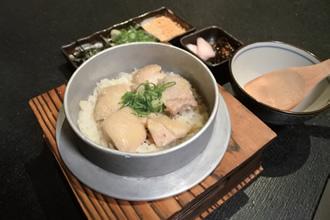 鶏釜飯 小(250ドル=約893円)