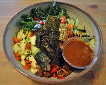 「アウェイクン・ボウル」は、焼のりやゴマがトッピングされており、味付けは和風で日本人にも食べやすそうなメニュー