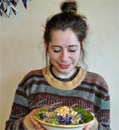 タイ風のピーナッツソースとカレーペーストでエスニックな味わいの「タイ・ピーナッツ・ボウル」。盛り付け担当のレイチェル・ルーシー氏によるSNS映えするオシャレな一品