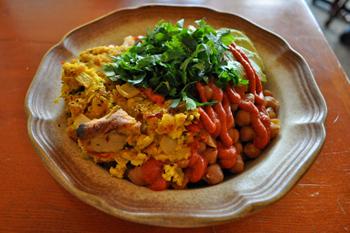 豆腐とターメリックで作ったフリッタータと、アボカド、トマトやパプリカを使ったソースが色鮮やかな「フリッタータ・ボウル」