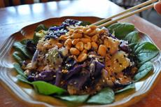 玄米と野菜に、ピーナッツソースを組み合わせてエスニック風の味わいに仕上げたグレインボウル。フォークのほか割り箸を用意していることも
