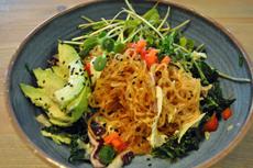 """つるりとした食感のケルプヌードル(海藻麺)を使用したグレインボウルも登場。生野菜と合わせる""""サラダ麺""""風で、さっぱりと食べられると好評だ"""