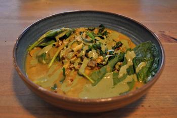 ピリ辛のココナッツカレーソースが絶品の「フラリシュ」。隠し味としてたまり醤油を使い、風味が豊かに。穀物や野菜、ナッツなど、ヘルシーな食材を具だくさんのスープのような感覚で食べられる