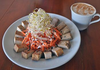 ごまとニンニクのソースで味わう「ヒッピー・ボウル」。薄い皿を使って焼豆腐を周りに並べた幾何学模様のような盛り付けも評判