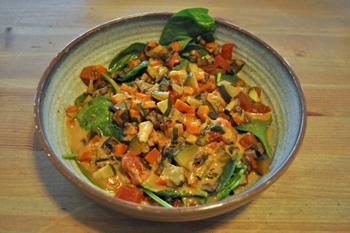 「ポパイズ・ラスト・スタンド」は、ズッキーニ、ニンジン、マッシュルーム、トマトを入れた味噌風味のシチューをかけたぶっかけ飯