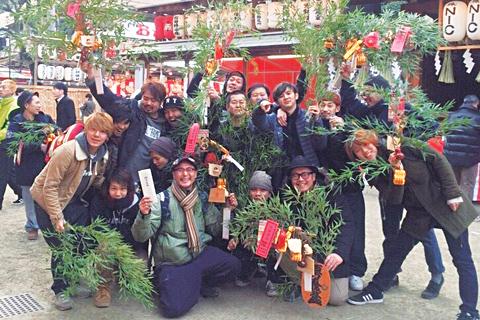 """毎年1月10日は、社員みんなと""""えべっさん""""こと大阪の今宮戎神社へ。1年の商売繁盛を祈願している"""
