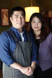 二人三脚で店を営むキム夫妻。今も新たなおいしいマッコリを追い求めて、情報収集をし、韓国各地に足を運んでいる