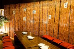 カジュアルな雰囲気のテーブル席の個室は、最大20名の宴会に対応する
