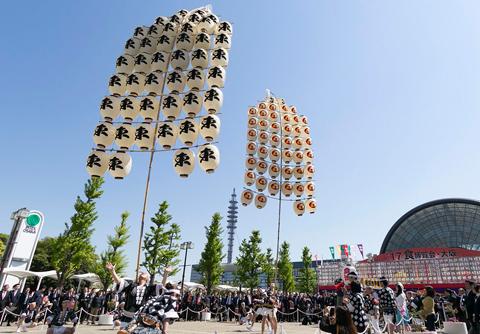 会場入口前の「日本の祭りライブステージ」では、秋田竿燈まつりなど、日本全国の祭りや踊りが日替わりで披露された