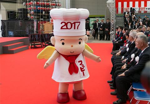 初日に行われた「'17食博覧会・大阪」オープニングセレモニーには公式マスコット「フッピー」も登場し、歓声をあびた