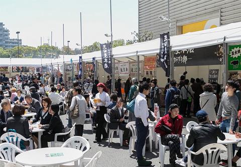 屋外にはBBQエリアなども設けられ、多くの飲食店が出店。肉料理を楽しむ人で大盛況!