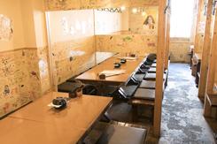 壁は自分たちでクリーム色に塗装。そこに描かれたらくがきが、賑やかな雰囲気を演出