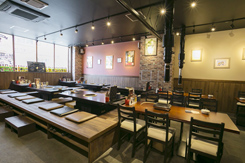 堀りごたつ席やテーブル席のほか、カウンター席がある。大人数の宴会も可能